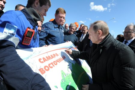 epa05280614 Russian President Vladimir Putin (R) signs a poster as he meets with the staff of the Vostochny cosmodrome after the successful launch of the Soyuz-2.1a, a rocket with three satellites onboard, from the Vostochny cosmodrome outside Uglegorsk, Amur region, Russia, 28 April 2016. It was the first launch from the new Russian cosmodrome.  EPA/MICHAEL KLIMENTYEV / SPUTNIK / KREMLIN POOL MANDATORY CREDIT