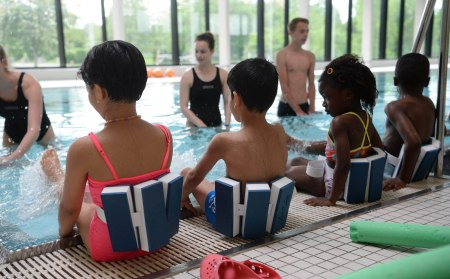 epa05336956 A picture made available on 30 May 2016 shows refugee children taking swimming lessons offered by volunteers from the SV Boeblingen sports club in Boeblingen, Germany, 28 May 2016.  EPA/FRANZISKA KRAUFMANN