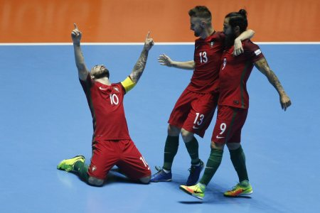epa05551447 Portugal's national team Ricardinho (L), Tiago Brito (C) and Joao Matos (R) of Portugal, celebrates after scoring against Costa Rica, during the FIFA Futsal World Cup Colombia 2016 Round of 16 match in Cali, Colombia, 21 September 2016.  EPA/CHRISTIAN ESCOBAR MORA
