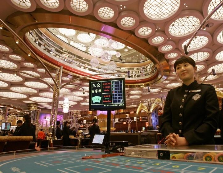 macau-casino-tourism-croupier