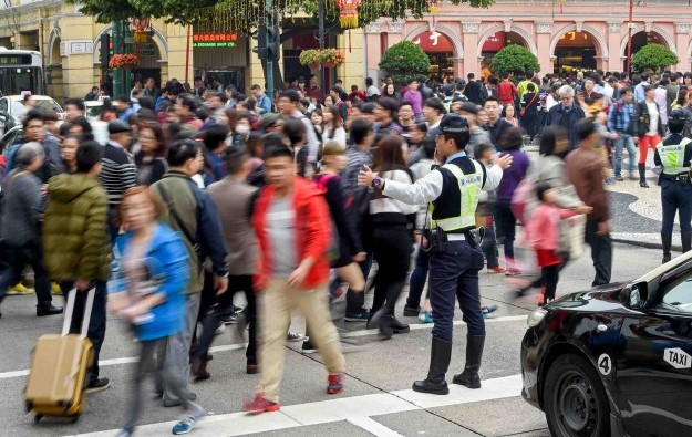 visitors-tourists-macau-crowd-police-san-ma-lou-avenida-almeida-ribeiro-4-e1424679508698