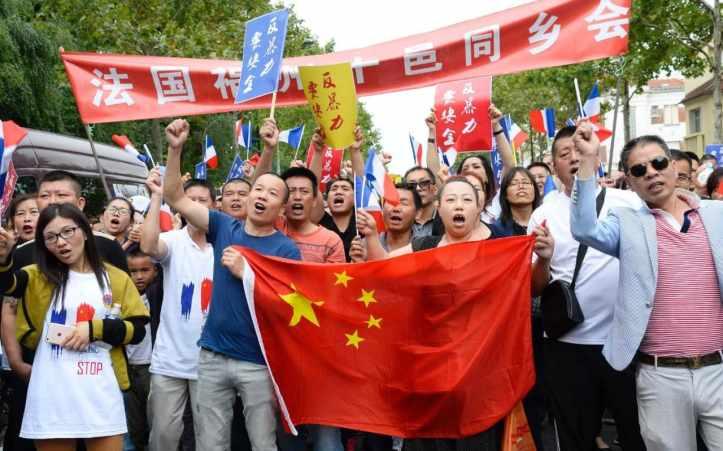 1064825_Chinese_protest_Paris-NEWS-xlarge_trans_NvBQzQNjv4BqoHFBPgG5JS7XdVlLQy3_s9DZgEl6yxeSwf3xAgmudYc.jpg