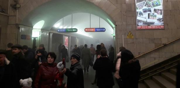 3abr2017---fumaca-se-espalha-pelos-corredores-da-estacao-de-metro-em-sao-petersburgo-na-russia-onde-uma-explosao-a-bomba-deixou-mortos-e-feridos-1491224811137_615x300
