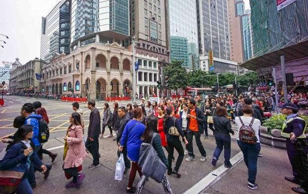 Visitors-tourists-Macau-crowd-police-San-Ma-Lou-Avenida-Almeida-Ribeiro-1-e1424679388756