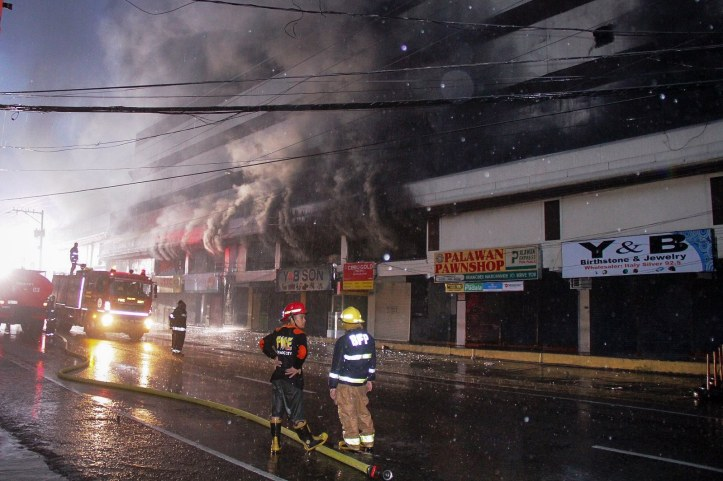 Fire razes oldest mall in Ormoc city