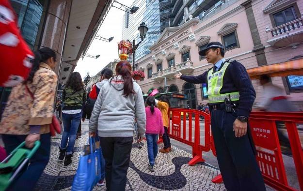 Visitors-tourists-Macau-crowd-police-San-Ma-Lou-Avenida-Almeida-Ribeiro-e1424679315627