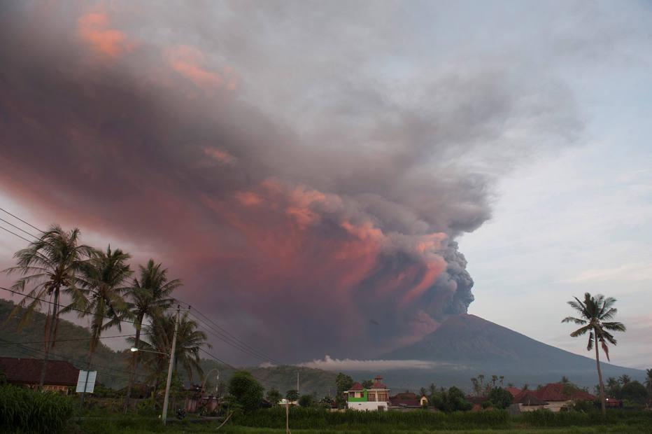 Erupção do vulcão Agung obriga ao cancelamento de voos em Bali